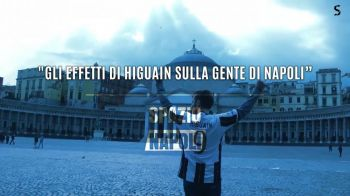 NEBUNIE CURATA! Un fan al lui Juventus s-a plimbat prin Napoli cu tricoul lui Higuain pe el! Ce s-a intamplat