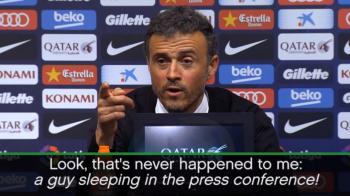 """""""Bai, ia uitati-l pe baiatul ala, doarme la conferinta"""". Cum a reactionat Luis Enrique dupa ce un jurnalist a adormit :)"""