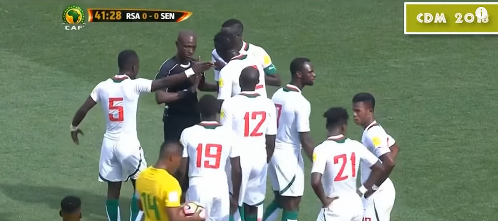 Arbitru suspendat pe VIATA de FIFA pentru blat! Modul INCREDIBIL in care a inventat un penalty. VIDEO