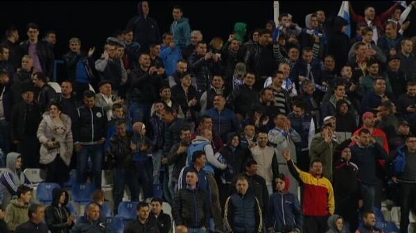 VIDEO INVAZIE pe teren dupa victoria dramatica a Craiovei! Suporterii au intrat pe teren!