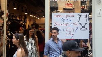 """Imaginea zilei in Napoli: """"Multumim Real, dam reduceri de 50% de bucurie!"""" Italia, cuprinsa de efectul """"I love you Boro"""" de la Bucuresti :)"""