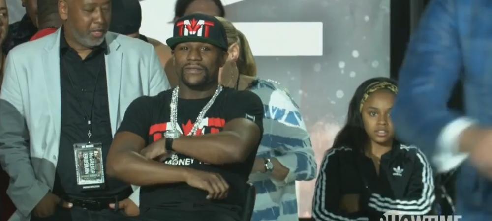 Moment uluitor la conferinta de presa. Reactia lui Mayweather cand McGregor il injura de familie de fata cu fiica lui. VIDEO