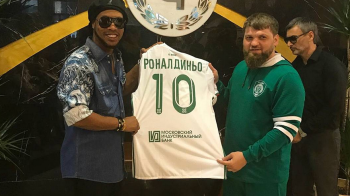 Ronaldinho a ajuns in CECENIA si a primit tricoul cu numarul 10 la Groznii! Ce petrecere URIASA a organizat patronul clubului