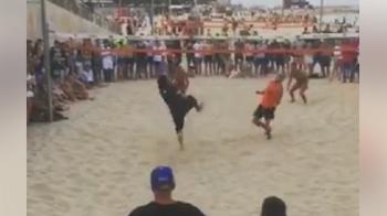 Ronaldinho e un monstru pe plaja! Schema extraterestra la fotbal volei, la revenirea in Barcelona! VIDEO