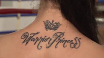 """VIDEO Cum arata luptatoarea care si-a tatuat numele de scena pe spate! """"Printesa razboinica"""" se bate sambata la Sport.ro!"""