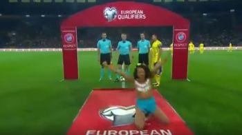 Faza SOCANTA inainte de meciul de debut al lui Lucescu! O femeie a ajuns dezbracata pe teren! Ce avea scris pe piept