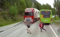 Momentul incredibil in care un copil se arunca in fata unui camion! Ce urmeaza e demn de un adevarat miracol! VIDEO
