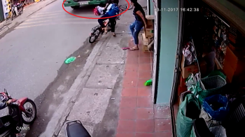 Momentul IREAL in care soferul unui camion evita un copil cazut de pe bicicleta! Manevra incredibila. VIDEO
