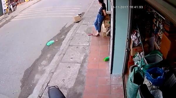 Momentul IREAL in care soferul unui camion evita un copil cazut pe pe bicicleta! Manevra incredibila. VIDEO