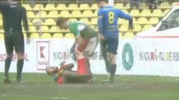 Accidentare groaznica in Cupa Romaniei! Portarul Iasiului a urlat de durere dupa ce a plonjat in noroi! VIDEO
