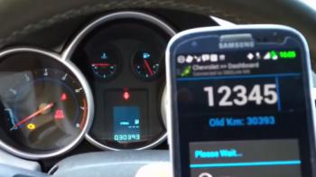 Cat de usor poti sa falsifici kilometrajul unei masini cu telefonul mobil. VIDEO