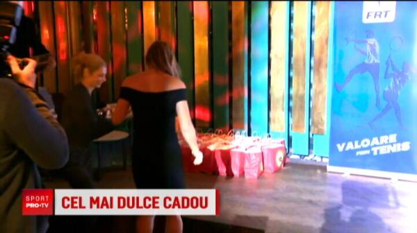 """""""Sa ramai 100 de ani pe primul loc!"""" Surpriza uriasa pentru Simona Halep dupa ce a fost desemnata jucatoarea anului! Ce cadou a primit"""