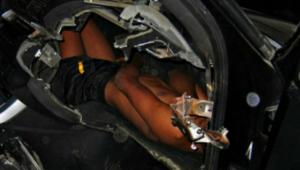 Copil de 12 ani, ascuns în bordul unei maşini de lux. Cum a fost prins de poliție