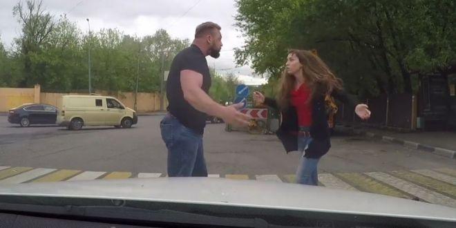 VIDEO Ce-i poate face o fata simpla unui musculos care era s-o calce cu masina