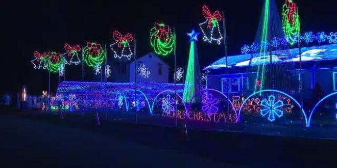 Reclamat de vecini la poliţie, din cauza DECORAŢIUNILOR de Crăciun. A pus peste 200.000 de beculeţe!