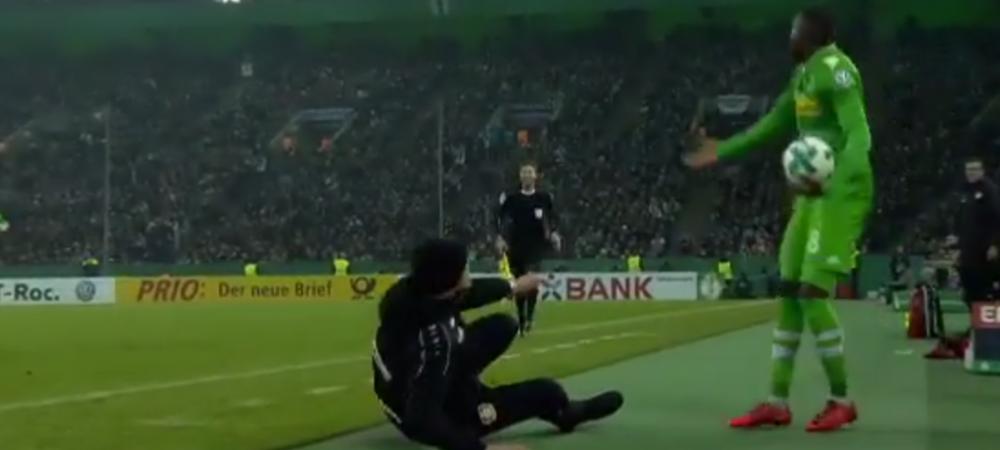 """Ce mai ridicola simulare pe care ai vazut-o! Un antrenor din Bundesliga a cerut eliminarea unui adversar, dar s-a facut de ras: """"A fost o prostie, iertati-ma"""""""