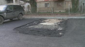 """Nu e banc cu olteni :) Muncitorii au turnat asfalt in jurul unei masini, in Craiova, pentru ca n-au dat de proprietar: """"E mai rau ca in Las Fierbinti"""""""