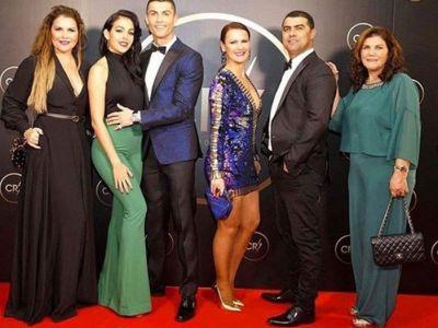 Ronaldo si-a facut propria gala si i-a pus pe prieteni si membrii familiei sa-i dea premii :) FOTO