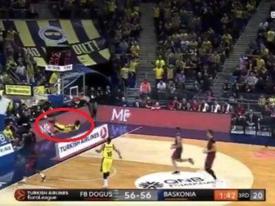 A fost la un pas de o TRAGEDIE dupa un slam dunk! Un jucator a cazut in cap dupa ce a inscris! VIDEO