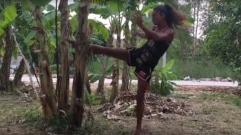 Ea este Van Damme din K1! Cum poate aceasta femeie sa DISTRUGA un copac cu lovituri de picior! VIDEO
