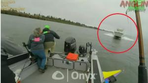 O barca cu 3 pescari este pulverizata de o salupa care intra cu viteza maxima in ei. Imagini socante! VIDEO