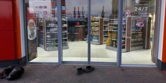 O femeie a fost surprinsa desculta in magazin de teama sa nu faca mizerie