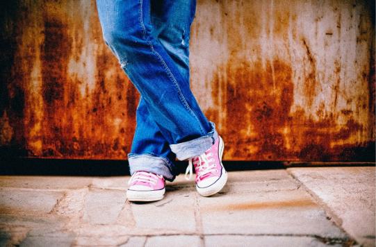 (P) Ținute inedite la care poți purta pantofi sport