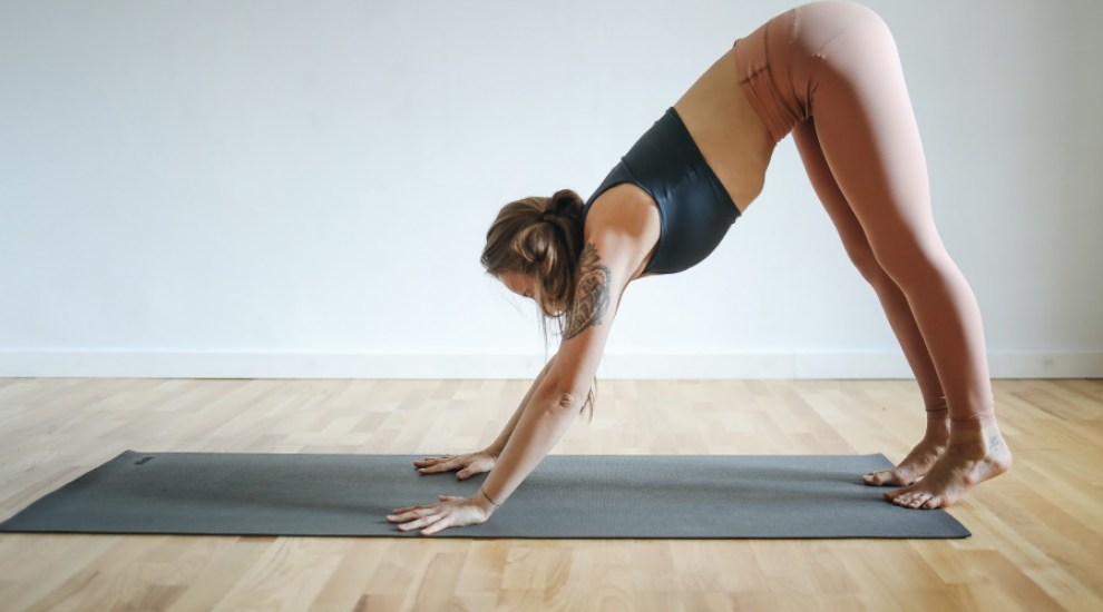 (P) 3 exerciții care topesc caloriile pe care le poți face acasă