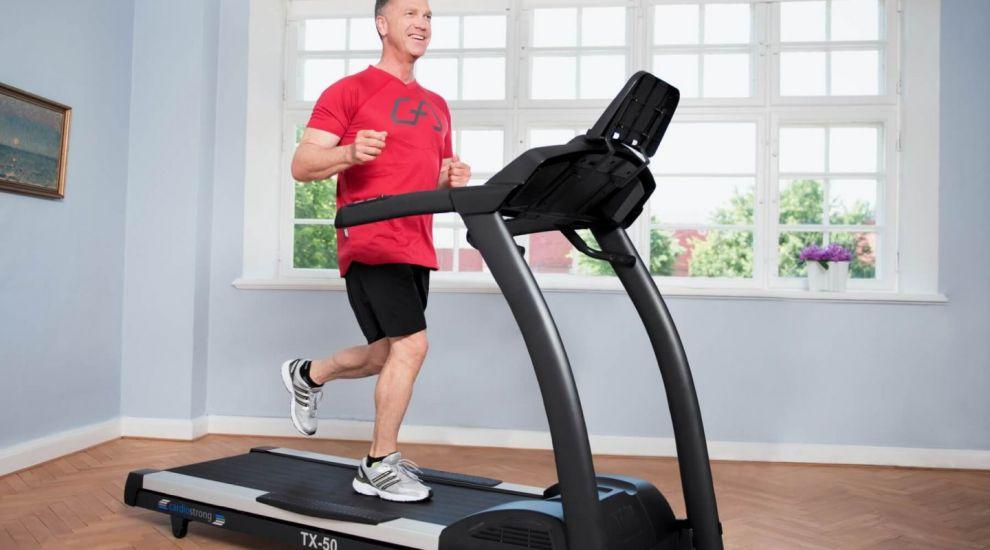 (P) Vrei să slăbești pe banda de alergat? Iată cum să dai jos jumătate de kilogram pe săptămână!