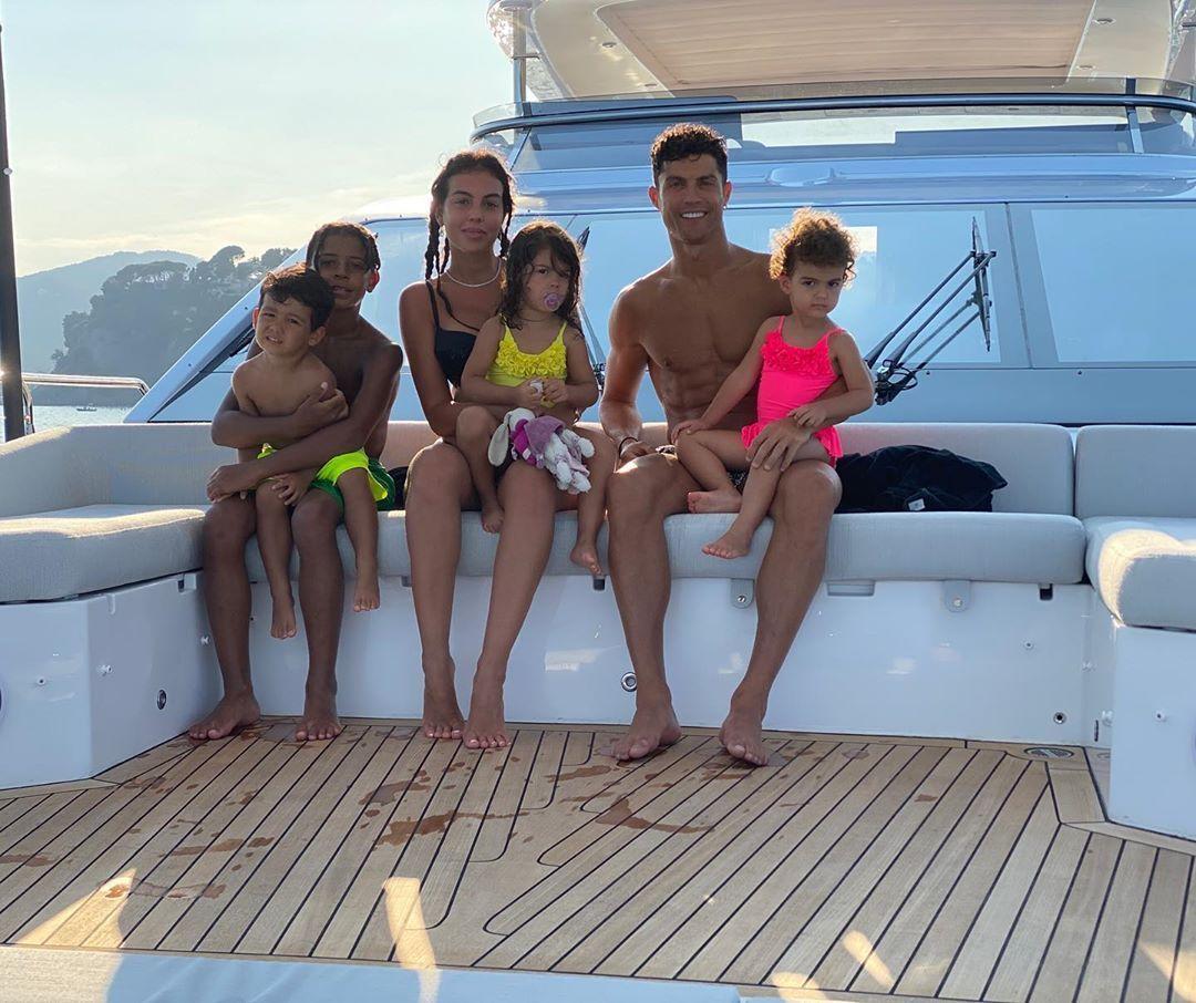 Cristiano Ronaldo are o familie mare! Cum arată cei 4 copii ai fotbalistului. GALERIE FOTO