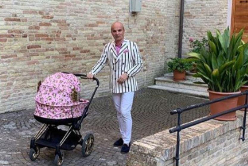 Rareș Bogdan, criticat de internauți după ce a ieșit să-și plimbe fetița într-o ținută extravagantă