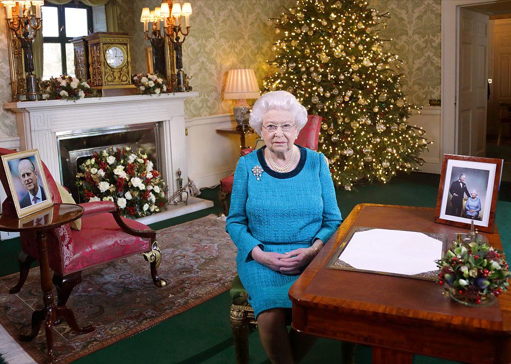 Un munte de bani şi multă budincă! Vezi cât cheltuieşte Regina Elisabeta pe cadourile de Crăciun