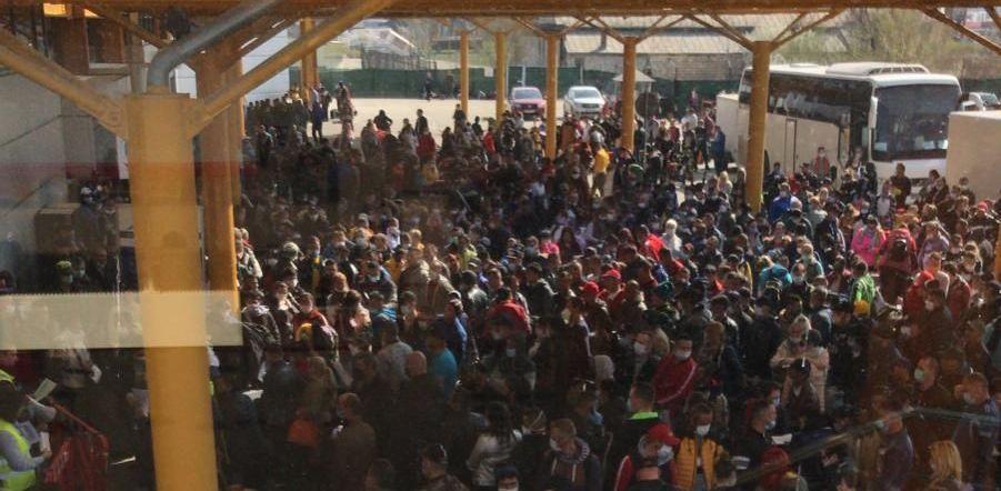 Revoltator! Imagini IREALE surprinse pe aeroportul din Cluj! 2000 de oameni intr-o inghesuiala TERIBILA!