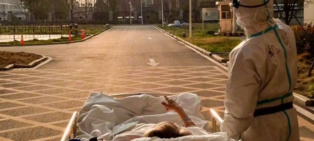 Imaginile care fac acum inconjurul lumii! Ce s-a intamplat azi cu batranul de 87 de ani pe care un medic din Wuhan l-a scos sa vada 'ultimul apus'