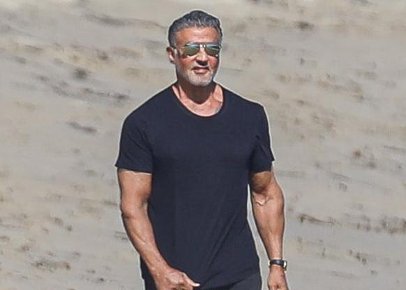 Sylvester Stallone, surprins la o plimbare pe plajă cu soția sa. Cum arată actorul la 74 de ani