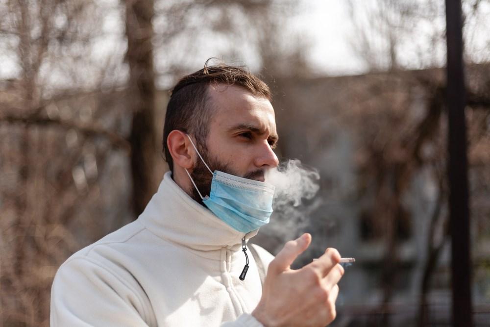 Ce se va întâmpla cu fumătorii care își scot masca și își aprind țigara pe stradă, începând de azi. Anunțul oficial
