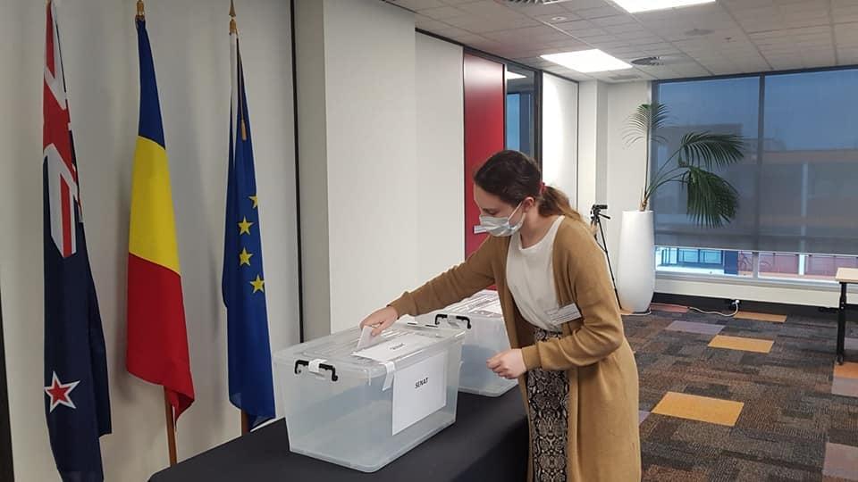 Primul votant din lume la alegerile parlamentare. Cine este tânăra care a votat în Noua Zeelandă imediat după deschiderea urnelor