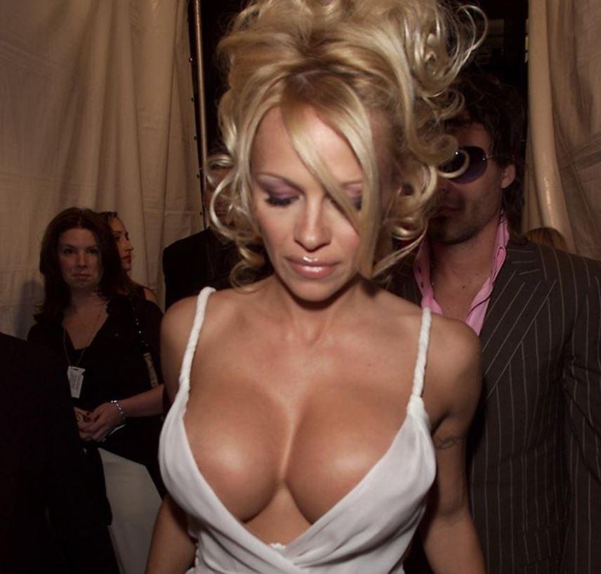 Pamela Anderson, răvăşitoare la 51 de ani, dar cum arată cel cu 18 ani mai tânăr ca ea!?