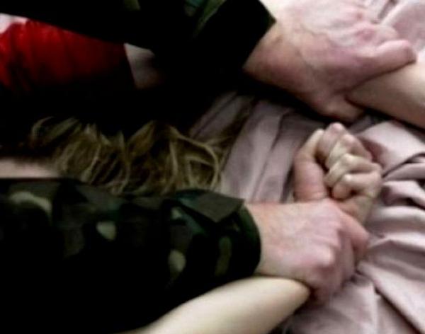 Doi bărbați au violat o tânără, în timp ce aceasta dormea. Ce a urmat când femeia s-a trezit
