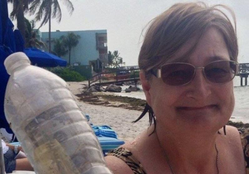 O turistă a găsit o sticlă de plastic pe o plajă, dar a rămas fără cuvinte atunci când a descoperit ce se afla înăuntru! Viața chiar bate filmul