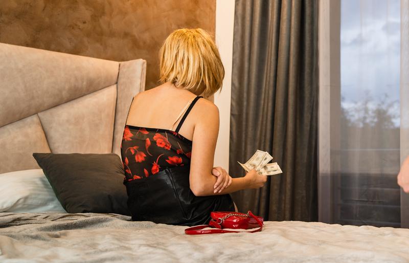 """Cinci români și-au pus soțiile să se prostitueze în același apartament. Cele cinci cupluri au făcut """"Turul Franței"""