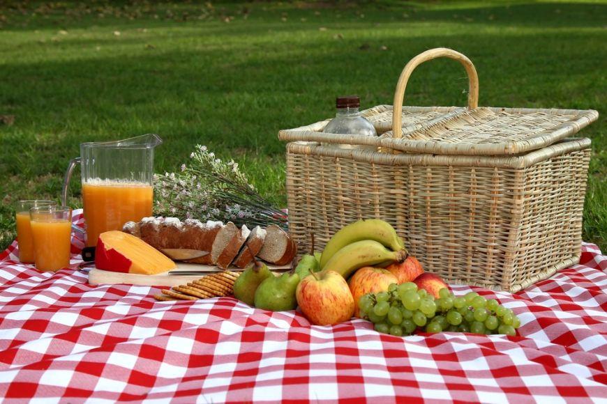 Petrece cu prietenii. Uite ce idei de vara avem pentru cosul de picnic
