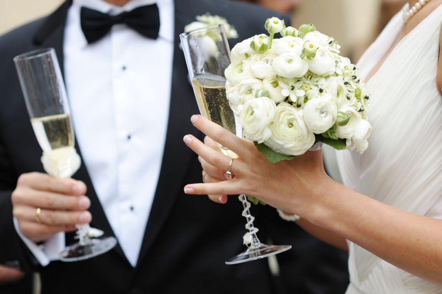 Beat crita sau sobru pana la tortul miresei. Cum se bea la nunta ca sa nu te faci de ras?