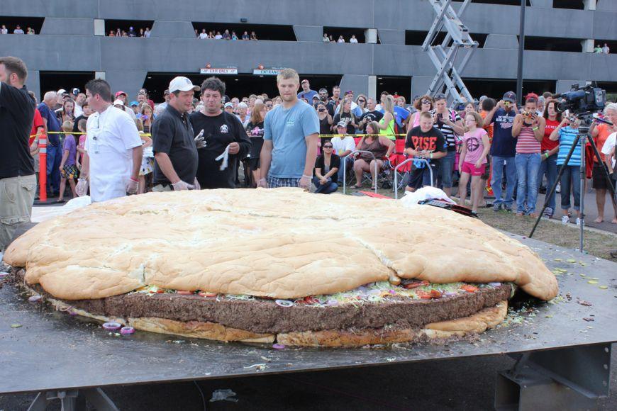 Cel mai mare cheeseburger facut vreodata. 5000 de oameni ar putea manca din el