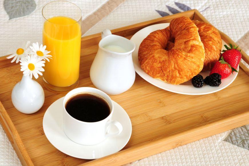 Placere de dimineata. Cum sa te rasfeti cu un mic dejun la pat