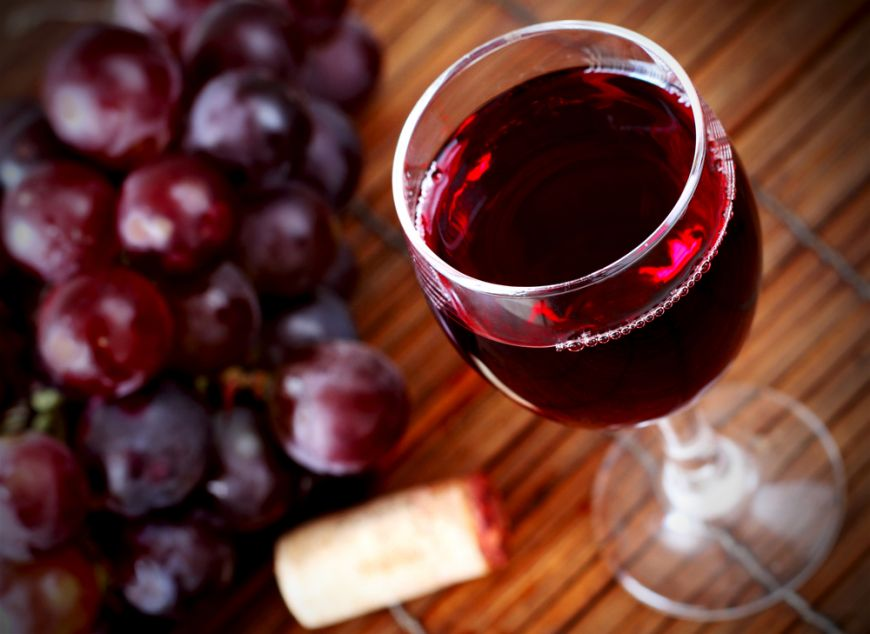 Bautura-medicament: vinul rosu face minuni asupra sanatatii. De ce trebuie sa-l consumi zilnic