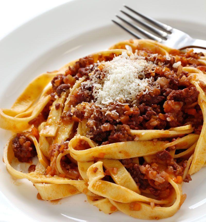 Te învățăm să faci paste bolognese ca la ele acasă: rețeta autentică recomandată de bucătari italieni