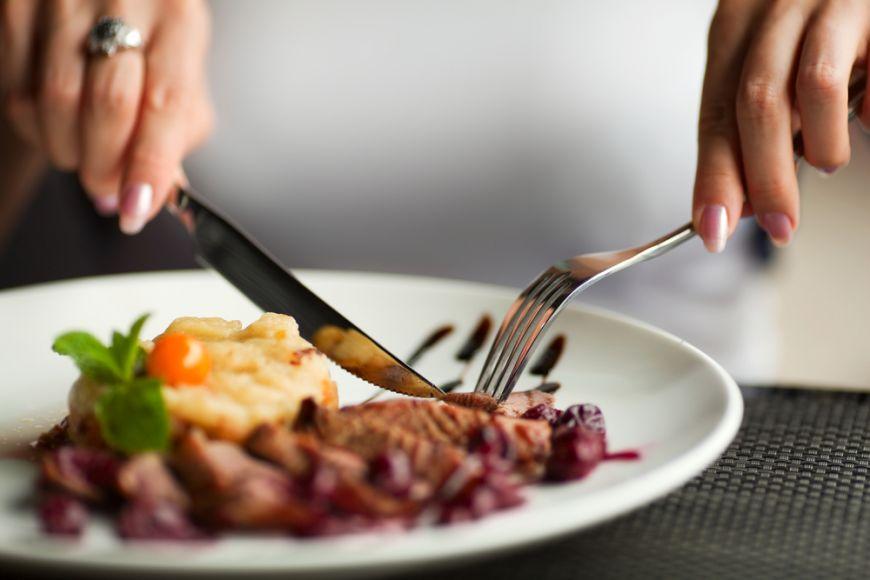 Bunele maniere la masa: cand poti sa mananci cu degetele si cand trebuie sa folosesti tacamurile