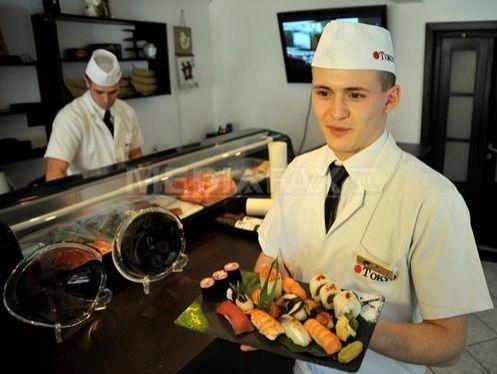 Un bucatar roman, medialiat cu aur in Japonia. A facut un sushi cu usturoi si cascaval