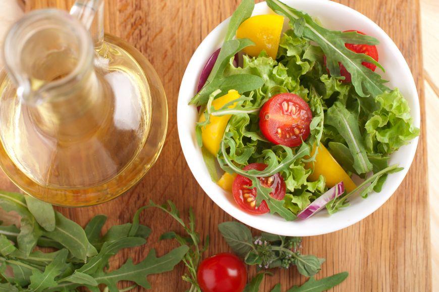 3 dressinguri delicioase pentru salate propuse de Jamie Oliver